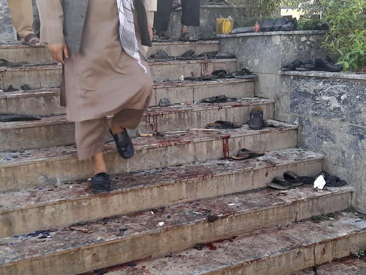 मस्जिद की सीढ़ियों पर खून ही खून नजर आ रहा है। इस तस्वीर को देखकर धमाके की वीभत्सता का अंदाजा लगाया जा सकता है।