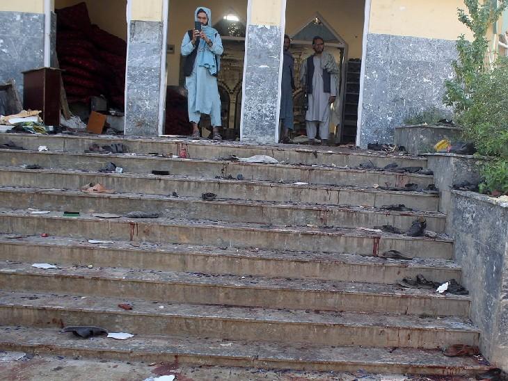 धमाके के बाद स्थानीय लोग मौके पर पहुंचे। इस तस्वीर में कुछ लोगों को घटनास्थल की तस्वीर लेते देखा जा सकता है।