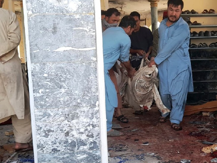 घायलों और शवों को चादर में लपेटकर मस्जिद से बाहर ले जाया गया।