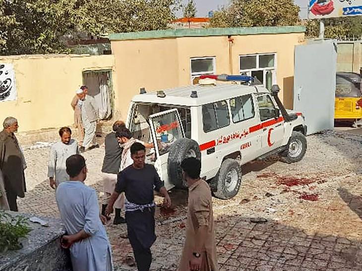 हमले की चपेट में आए लोगों को एंबुलेंस के जरिए अस्पताल पहुंचाने में स्थानीय लोगों ने काफी मदद की।