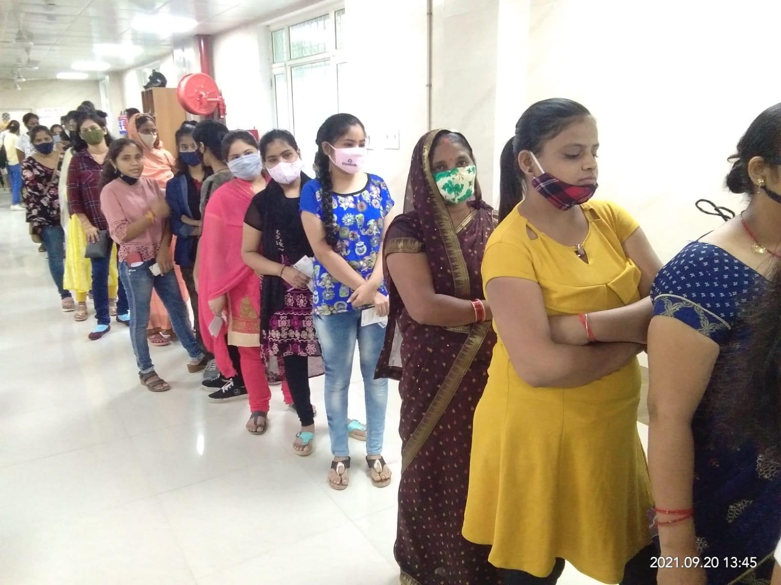 कोरोना वैक्सीन के लिए एसआरएन अस्पताल में लगी लंबी कतार। - Dainik Bhaskar