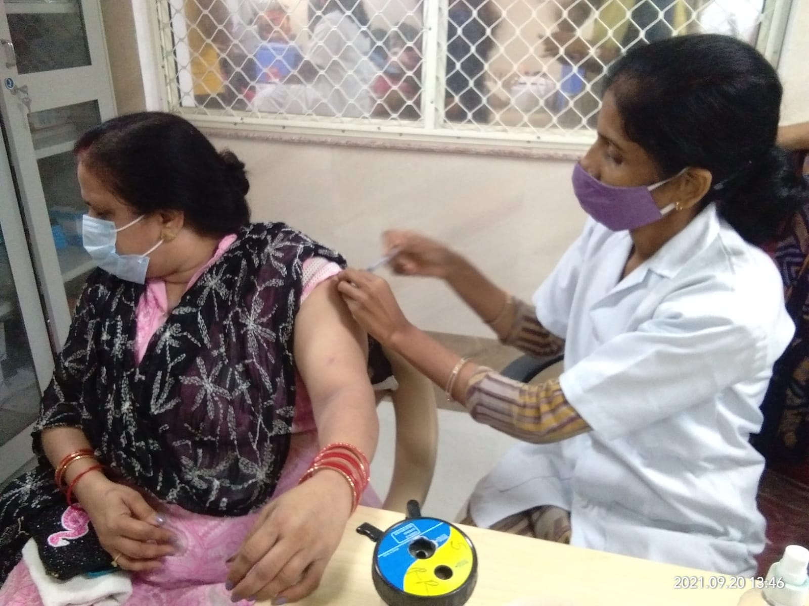 प्रयागराज के कई सेंटर्स में लग रही कोरोना वैक्सीन।