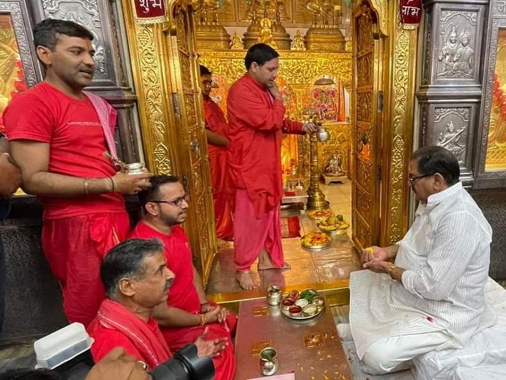 नामांकन भरने से पहले सालासर हनुमान मंदिर में पूजा अर्चना करते अभय चौटाला।