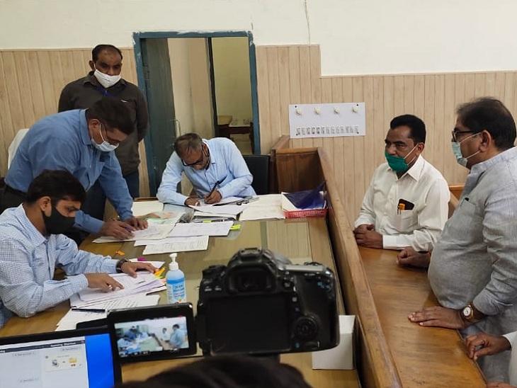 एसडीएम कार्यालय में उपचुनाव नामांकन जमा कराते अभय चौटाला। - Dainik Bhaskar