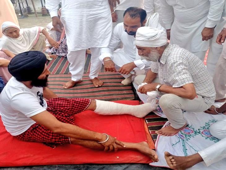 लखीमपुर हिंसा पीड़ितों से मिलते गुरनाम सिंह चढ़ूनी। - Dainik Bhaskar