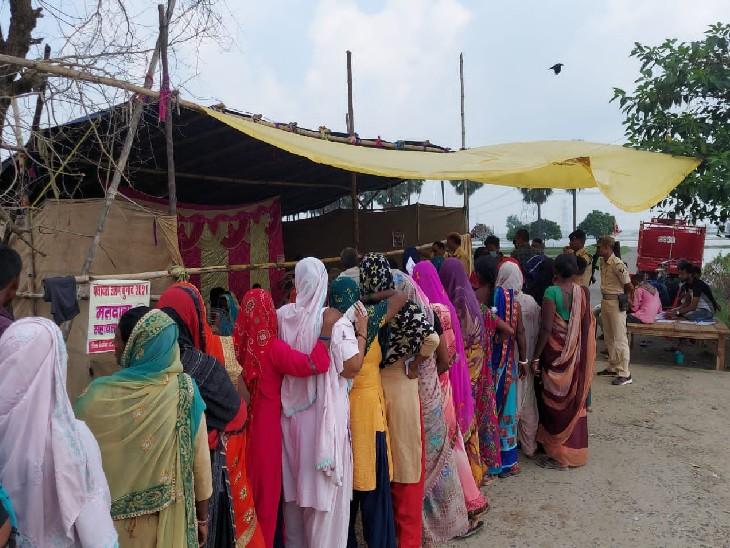 स्कूल के समीप सड़क पर ही टेंट लगाकर मतदान शुरू कर दिया गया है।