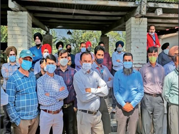 ग्रामीण क्षेत्रों में काम करने वाले गैर मुस्लिम कर्मचारियों को आर्मी कैंट या अन्य सुरक्षित स्थानों पर भेजा गया है। - Dainik Bhaskar
