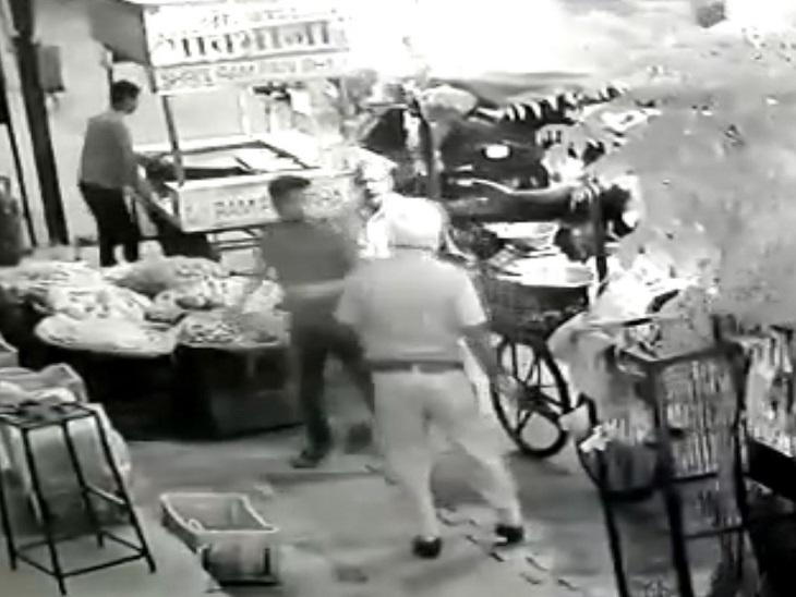 बठिंडा में सड़क किनारे खड़े रेहड़ी वाले को थप्पड़ जड़ा; CCTV में कैद हुई करतूत, पहले भी ऐसे कई मामले हो चुके हैं|बठिंडा,Bathinda - Dainik Bhaskar