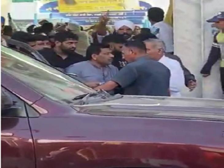 भाजपा के उम्मीदवार गोविंद कांडा को गुरुद्वारे से बाहर निकालते किसान। - Dainik Bhaskar