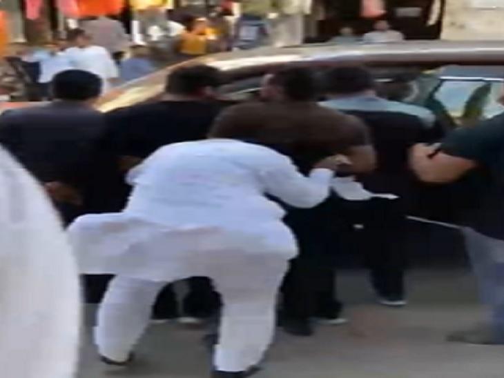 धक्का लगने के बाद संभलने की कोशिश करते भाजपा के ऐलनाबाद शहरी प्रधान जसवीर सिंह चहल ( सफेद कपड़ों में)।