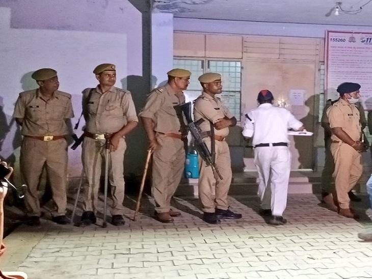 लखीमपुर के क्राइम ब्रांच ऑफिस में बड़ी संख्या में पुलिसवालों को तैनात किया गया है।