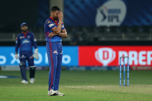 रॉयल चैलेंजर्स बेंगलुरु और दिल्ली कैपिटल्स के बीच हुए मैच में बेंगलुरु को जीत के लिए आखिरी ओवर में ओवर में 15 रन चाहिए थे। आवेश खान के कंधों पर दिल्ली को जीत दिलाने की जिम्मेदारी थी। उधर बल्लेबाजी कर रहे भरत ने तीसरी बॉल को छोड़ दिया। जिसके बाद आवेश हंसने लगे। उन्हें लगा कि दिल्ली की जीत पक्की हो गई है। पर ऐसा नहीं हुआ। उसके बाद भरत ने छक्का जड़ा और टीम को जीत दिला दी। जिसके बाद आवेश ने चेहरा छिपा लिया।