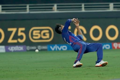 बेंगलुरु की पारी के 14 वें ओवर में ग्लेन मैक्सवेल का कैच श्रेयस अय्यर ने अक्षर पटेल की पहली गेंद पर छोड़ा। इस ओवर में मैक्सवेल को दो जीवन दान मिले। उनका दूसरा कैच आखिरी गेंद पर अश्विन ने छोड़ा।