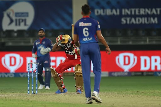 बेंगलुरु को जीत के लिए आखिरी तीन गेंदों पर 7 रन चाहिए थे। बल्लेबाजी कर रहे बेंगलुरु के बल्लेबाज भरत ने पहली गेंद को छोड़ दिया। दूसरी गेंद पर 2 रन बनाए और आखिरी गेंद पर जीत के लिए 6 चाहिए थे। पर आखिरी गेंद उनके बल्ले से नहीं लग पाई। उन्हें लगा कि टीम हार गई और वे उदास हो गए और माथा पकड़ लिया। तभी अंपायर ने उस गेंद को वाइड करार दिया और आखिरी गेंद पर भरत ने छक्का जड़ कर टीम को जीत दिलाई।