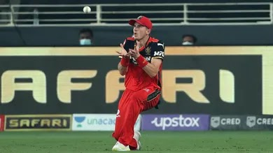 दिल्ली की पारी के दौरान पृथ्वी शॉ ने 12 वें ओवर में युजवेंद्र चहल की गेंद पर कवर्स के ऊपर सिक्स मारने की कोशिश की। पर शॉट की टाइमिंग खराब होने की वजह गेंद बल्ले से ठीक से नहीं लग पाई। जिसकी वजह से एक्सट्रा कवर में जॉर्ज गार्टन ने कैच पकड़ा। कैच पकड़ने से पहले गेंद दो बार उनके हाथों से छूटी और तीसरी बार वह पकड़ने में कामयाब हुए। फील्ड अंपायर ने डिसिजन थर्ड अंपायर के पाले में डाल दिया था, लेकिन गार्टन को विश्वास था कि कैच उन्होंने सही पकड़ा। इसलिए अंपायर के फैसले से पहले ही उन्होंने आउट का इशारा कर दिया था।