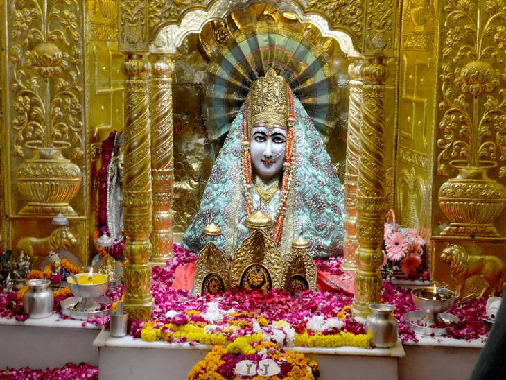 हरियाणा के पंचकुला स्थित मनसा देवी मंदिर में स्थित देवी की भव्य प्रतिमा। - Dainik Bhaskar