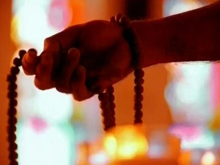 नवरात्रि में देवी दुर्गा के मंत्रों का जाप करने से बढ़ती है सकारात्मकता और दूर होते हैं नकारात्मक विचार|धर्म,Dharm - Dainik Bhaskar