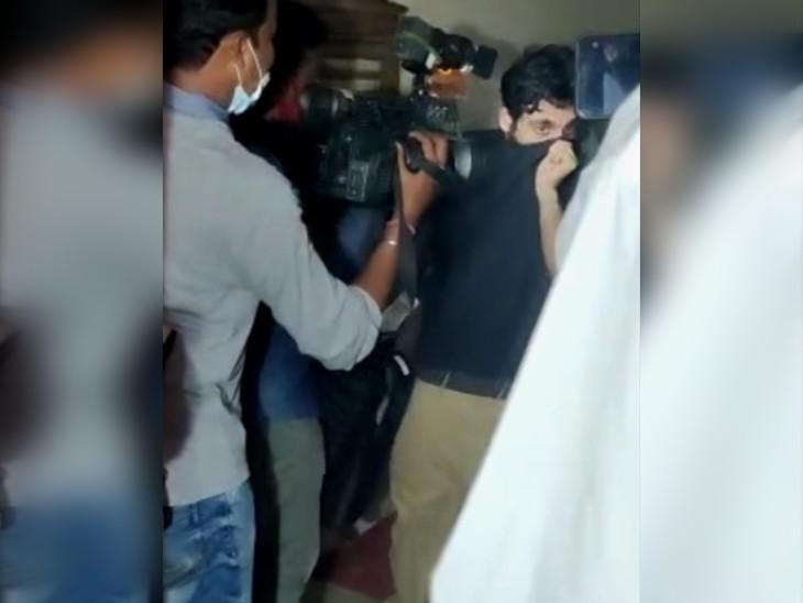 NCB ऑफिस से बाहर निकलता हुआ आमिर फर्नीचरवाला।