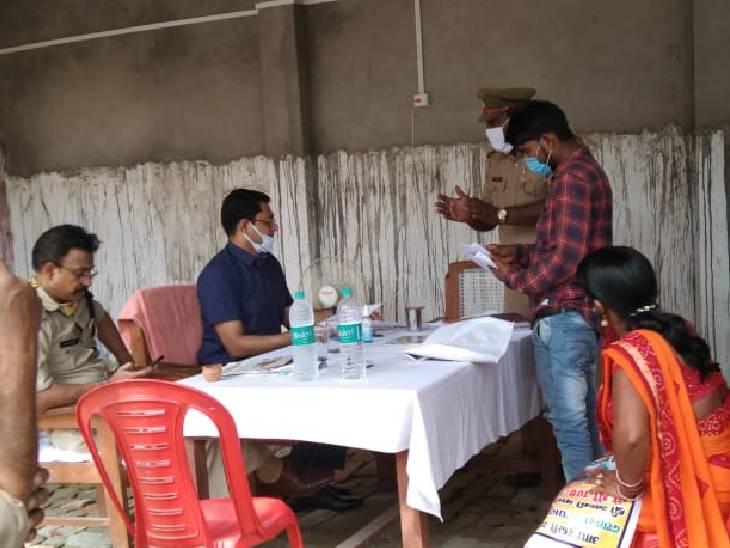 हंसवर थाने पर डीएम और एसपी के समक्ष आईं 6 शिकायतें, सिर्फ दो का हो पाया समाधान|अम्बेडकरनगर,Ambedkarnagar - Dainik Bhaskar