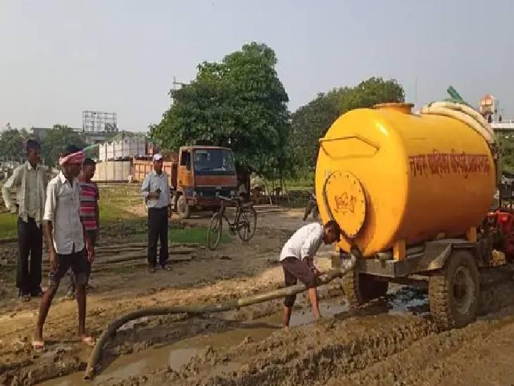 विजयादशमी से पहले मैदान की सफाई में जुटे पालिका कर्मी, मोटर पंप लगाकर निकाला गया पानी|प्रतापगढ़,Pratapgarh - Dainik Bhaskar