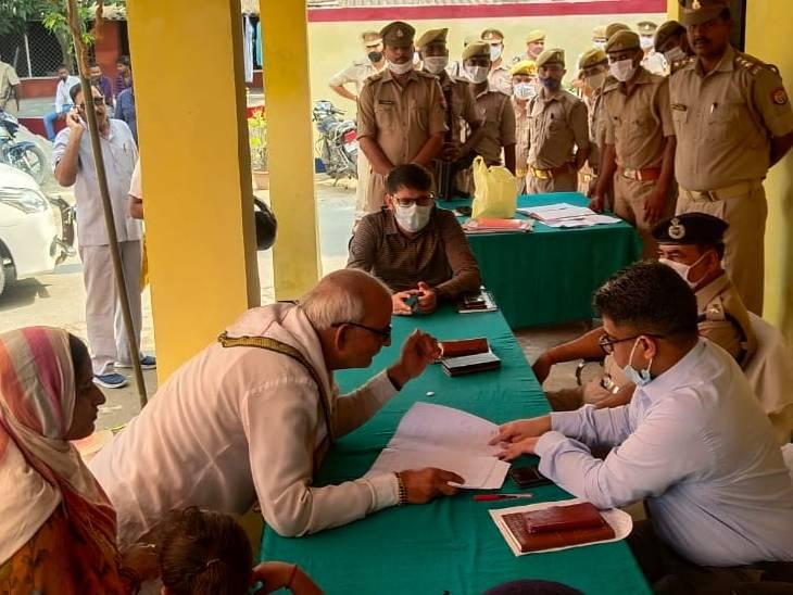 डीएम और एसपी ने सुनी लोगों की समस्याएं, लंबित प्रार्थना पत्रों के समाधान के दिए निर्देश|देवरिया,Deoria - Dainik Bhaskar