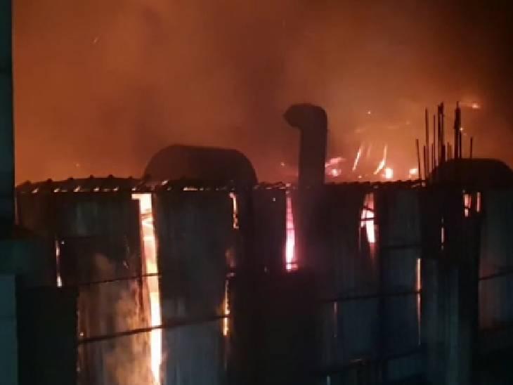 आग बुझाने में जुटी दमकल की 4 गाड़ियां, लाखों का सामान जलकर राख|गौतम बुद्ध नगर,Gautambudh Nagar - Dainik Bhaskar