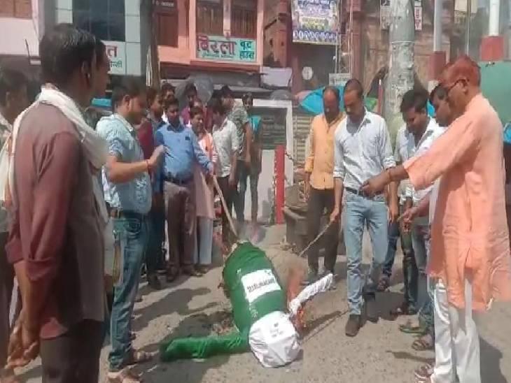 श्रीनगर में पीड़ित परिवार को मुआवजा देने की मांग की, सरकार से कहा- पाकिस्तान पर करें कार्रवाई|कासगंज,Kasganj - Dainik Bhaskar