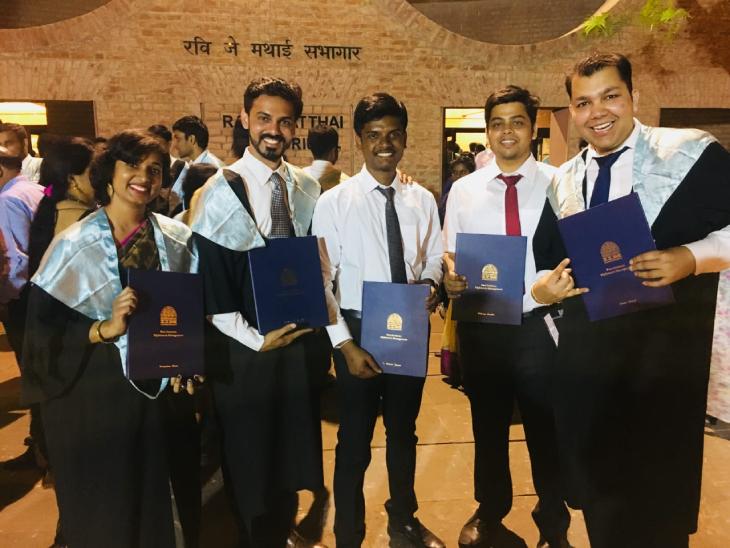 साल 2012 में एकलव्य ने पहले ही प्रयास में CAT क्वालिफाई किया और IIM अहमदाबाद से MBA की डिग्री हासिल की।