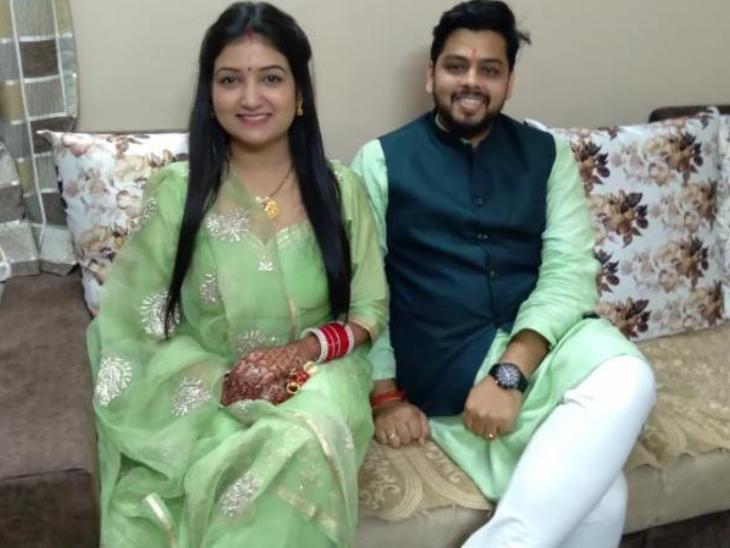 अपनी पत्नी के साथ एकलव्य। अभी एकलव्य दिल्ली में जॉब करते हैं। उनके माता-पिता दोनों ही एक डिग्री कॉलेज में पढाते हैं।