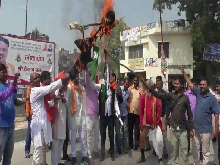 सरकार से मांगी आतंकवादियों से लड़ने की इजाजत, पाकिस्तान के झंडे सहित आतंक के पुतले में लगाई आग कौशांबी,Kaushambi - Dainik Bhaskar