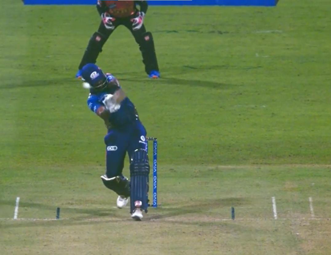 मुंबई की पारी के 19 वें ओवर में उमरान मलिक ने ऑफ साइड में लोअर बाउंस गेंद फेंकी। गेंद सूर्यकुमार के बैट के किनारे से लगकर सीधे हेलमेट में लगी। उन्हें काफी जोर से चोट लगी। इसका अंदाजा इससे लगाया जा सकता है, कि बॉल लगने के तुरंत बाद उन्होंने बल्ला फेंक दिया।