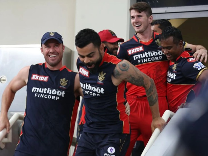 रॉयल चैलेंजर्स बेंगलुरु की जीत के बाद कप्तान विराट कोहली और टीम के साथी इतने खुश हुए कि वह जल्दी से ग्रांउड पर पहुंच कर आखिरी गेंद पर छक्का जड़ने वाले श्रीकर भारत को गले लगा लेना चाहते थे।