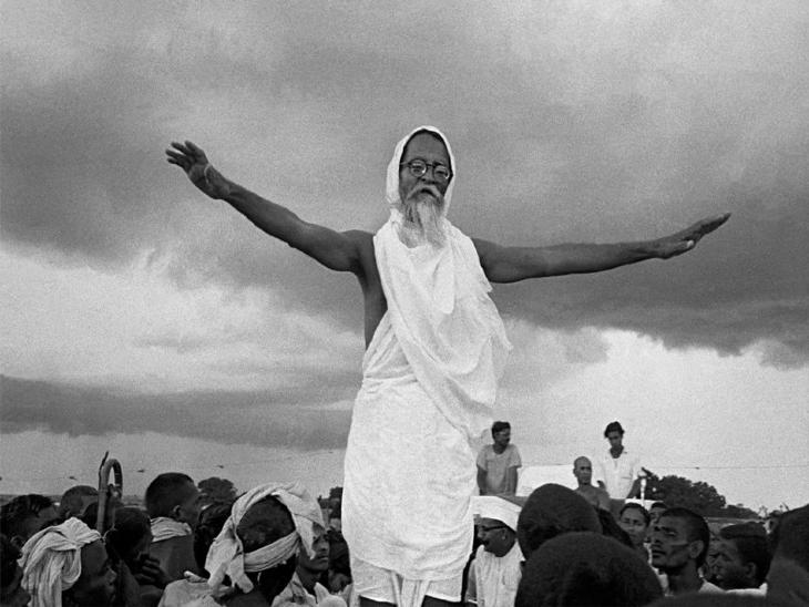 भूदान आंदोलन के दौरान विनोबा भावे। - Dainik Bhaskar