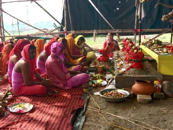 मंत्रोच्चारण ऐसा कि हर कोई खा जाए चक्कर, पूजा पूरे प्रखंड के पुरूष समाज में बना चर्चा का विषय|मोतिहारी (पूर्वी चंपारण),Motihari (East Champaran) - Dainik Bhaskar