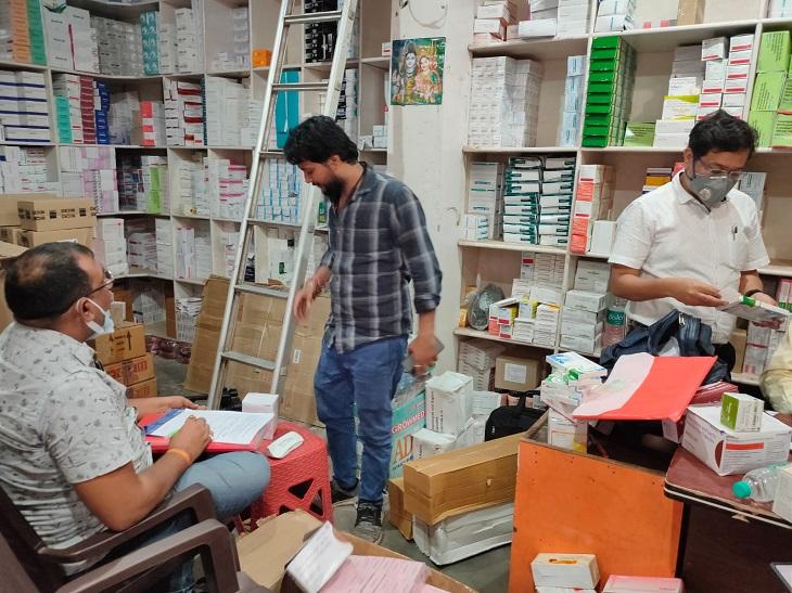 तीसरे दिन शनिवार को हुई छापेमारी में जय एंटरप्राइजेज से बड़े पैमाने पर दवाएं जब्त की गई हैं। - Dainik Bhaskar