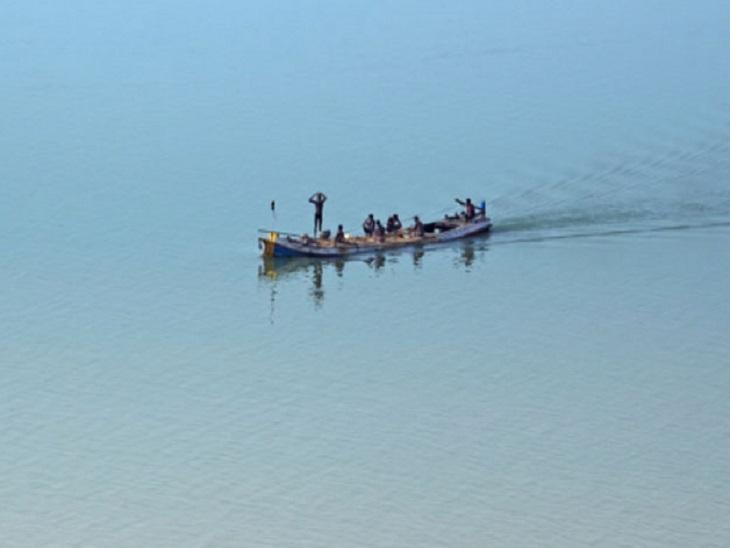 कांगड़ा के फतेहपुर में सतकुठेड़ा बूथ व्यास नदी दूसरी ओर है; सराय में बनाया गया वोटिंग सेंटर, 96 वोटर डालेंगे मत|कांगड़ा,Kangra - Dainik Bhaskar