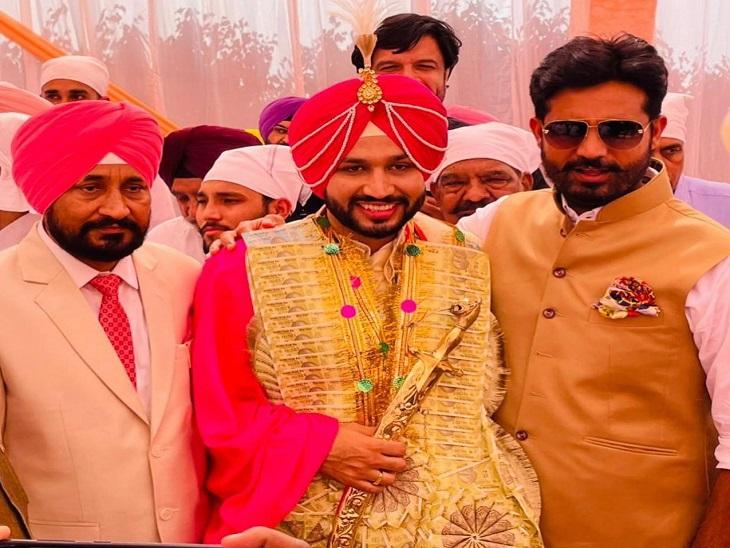 सीएम चन्नी को बधाई देते मंत्री अमरिंदर सिंह राजा वड़िंग।