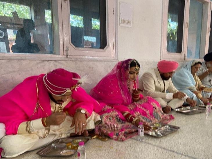 बेटे-बहू के साथ जमीन पर बैठकर खाना खाते सीएम चन्नी और उनकी पत्नी।
