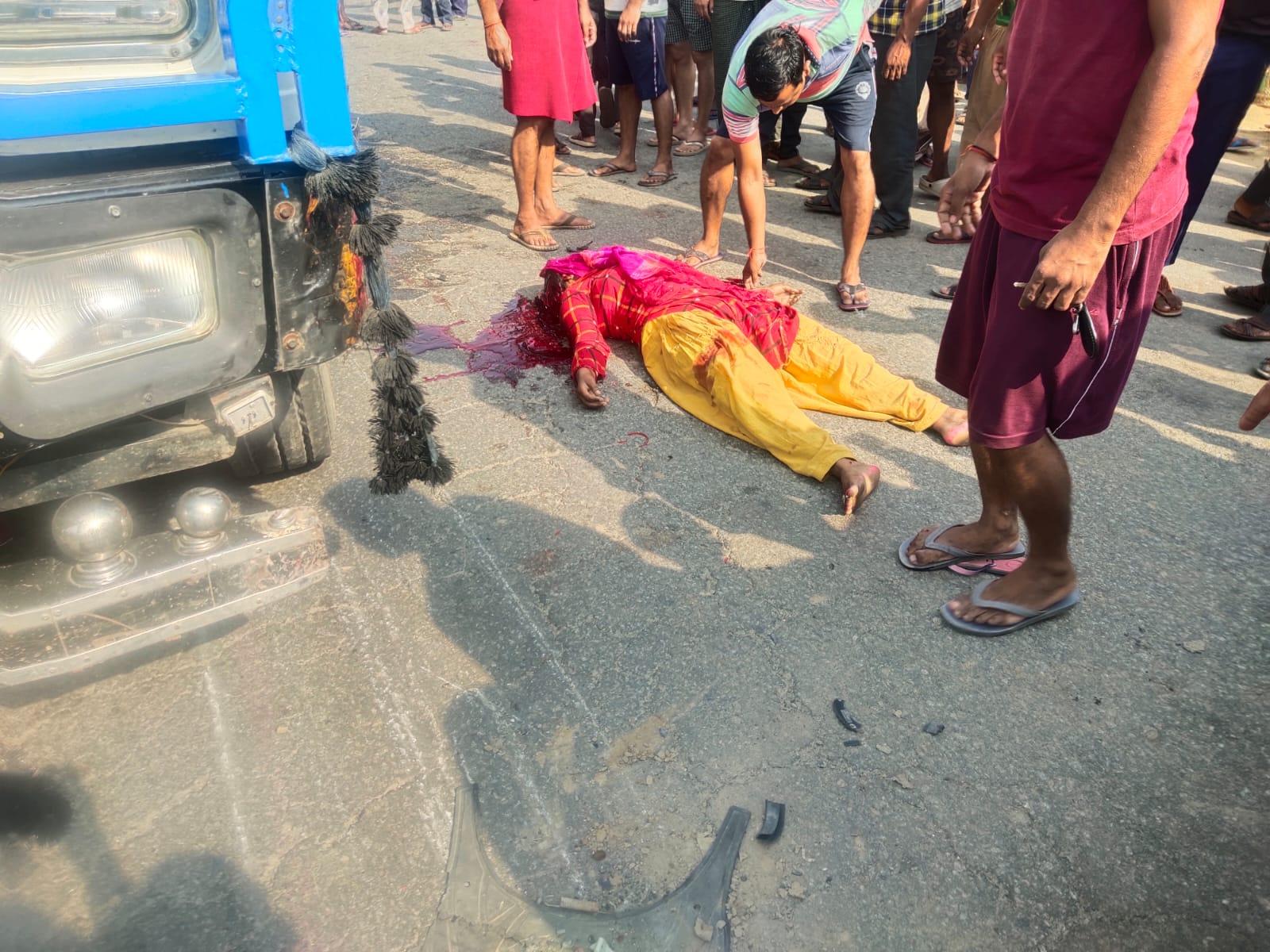 देवर के साथ स्कूटी से जा रही थी, ट्रक ने टक्कर मारने के बाद सिर के ऊपर से निकाला पहिया , मौत|शाहजहांपुर,Shahjahanpur - Dainik Bhaskar