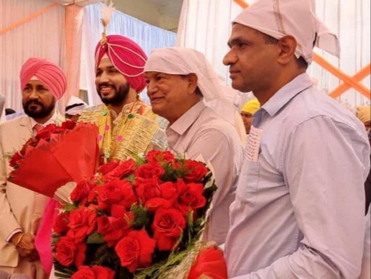 सीएम चरणजीत चन्नी को बधाई देते पंजाब कांग्रेस इंचार्ज हरीश रावत।