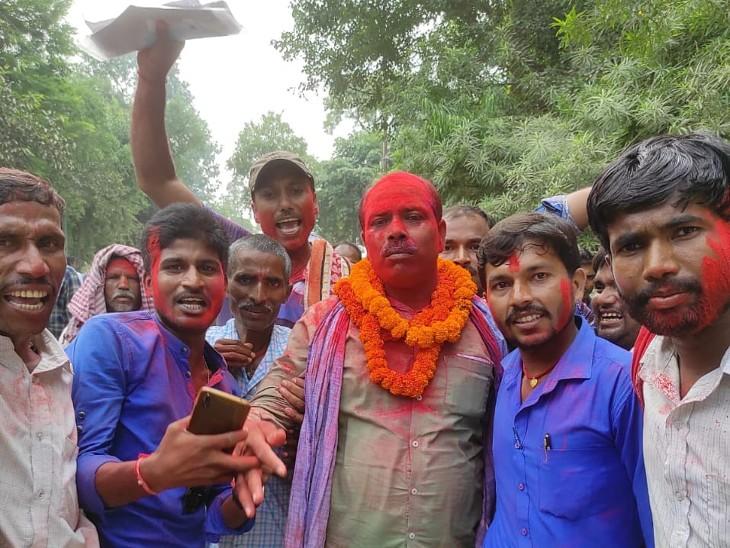 बांका के हरचंडी पंचायत से मुखिया पद पर अजीत सिंह के विजयी होने पर जश्न मनाते समर्थक।