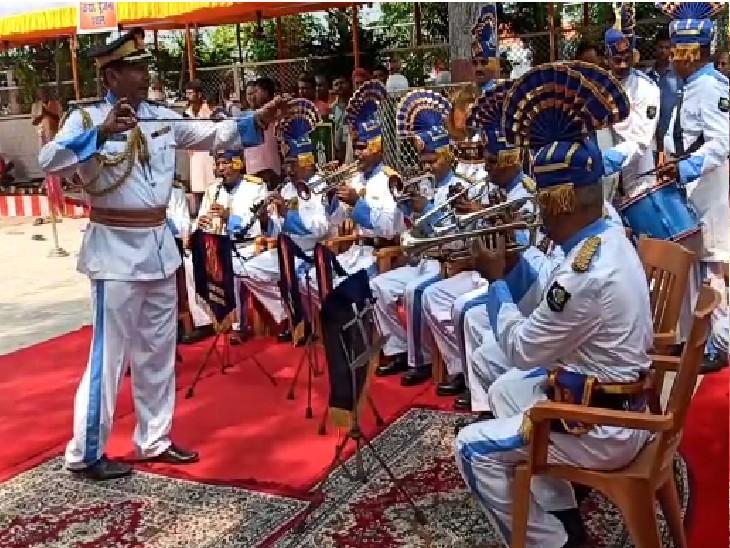 CRPF द्वारा पूर्वी चंपारण को अमृत महोत्सव जिला के रूप में चुना गया, जवानों ने राष्ट्रीय धुन बजाकर वीरों को याद किया मोतिहारी (पूर्वी चंपारण),Motihari (East Champaran) - Dainik Bhaskar