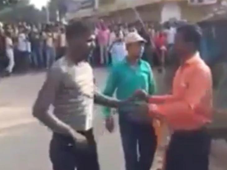 13 पंचायतों के मुखिया का रिजल्ट जारी, शहर के कचहरी चौक पर समर्थकों और पुलिस के बीच तीखी नोंकझोंक|जमुई,Jamui - Dainik Bhaskar