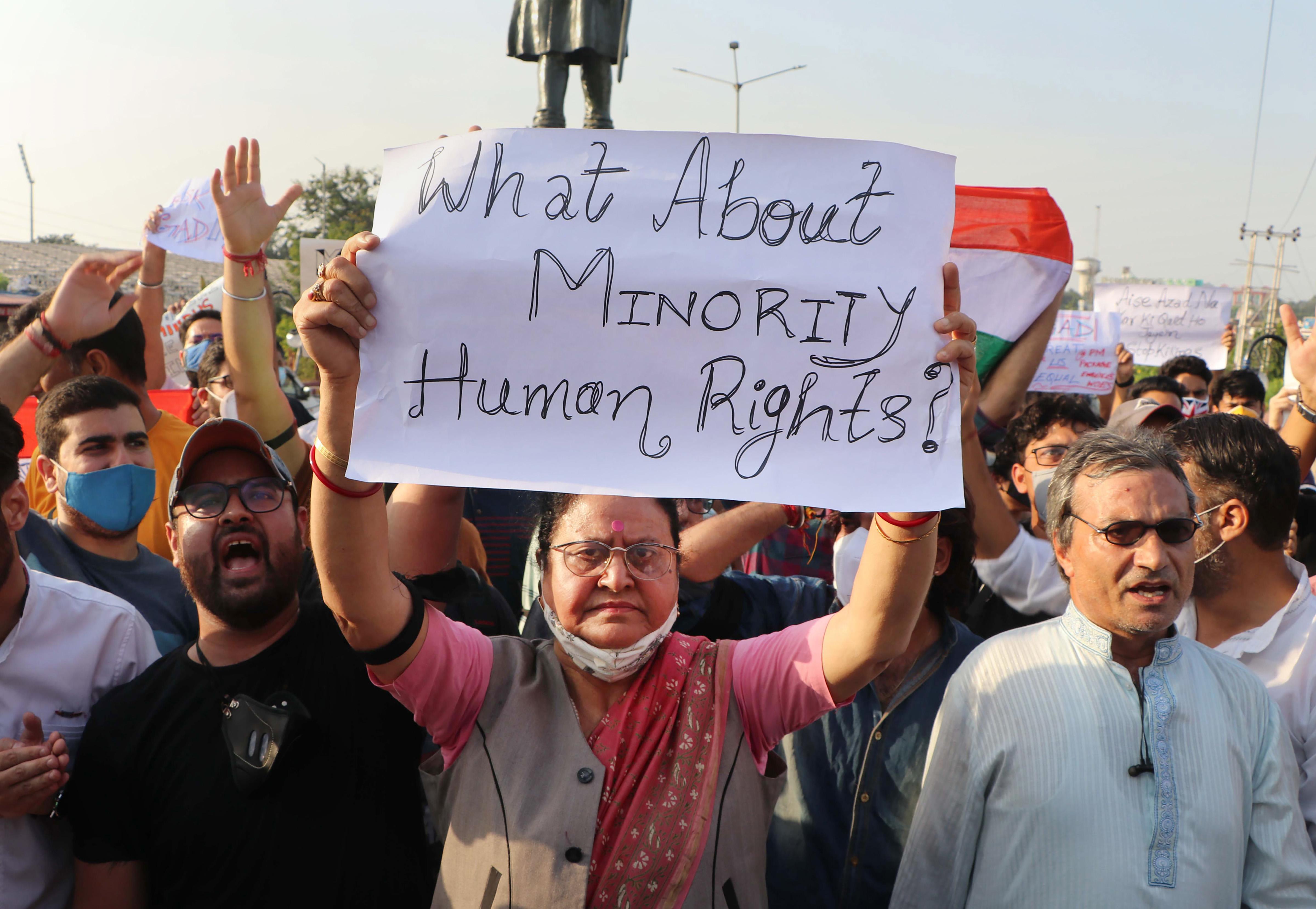 कश्मीर में कश्मीरी पंडितों और सिखों पर हमले के बाद आम लोगों में गुस्सा है। आतंकी हमलों के विरोध में यहां रोज जुलूस निकाले जा रहे हैं।