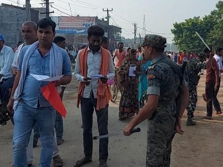 खगड़िया के मतगणना स्थल के बाहर भीड़ को हटाती पुलिस।