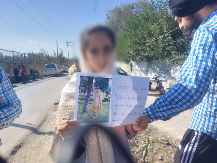 ये सुपिंदर कौर की बेटी है। 7वीं में पढ़ती है। इसके हाथ में एक पोस्टर है, जिस पर लिखा है-उन हत्यारों को शर्म करनी चाहिए, जिन्होंने महान सुपिंदर कौर की हत्या की।