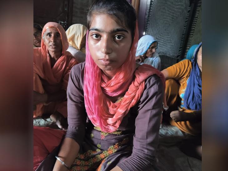 19 साल के लवप्रीत की बहन और उनका परिवार। लवप्रीत अपने पिता के इकलौते बेटे थे, लखीमपुर हिंसा में उनकी जान चली गई।