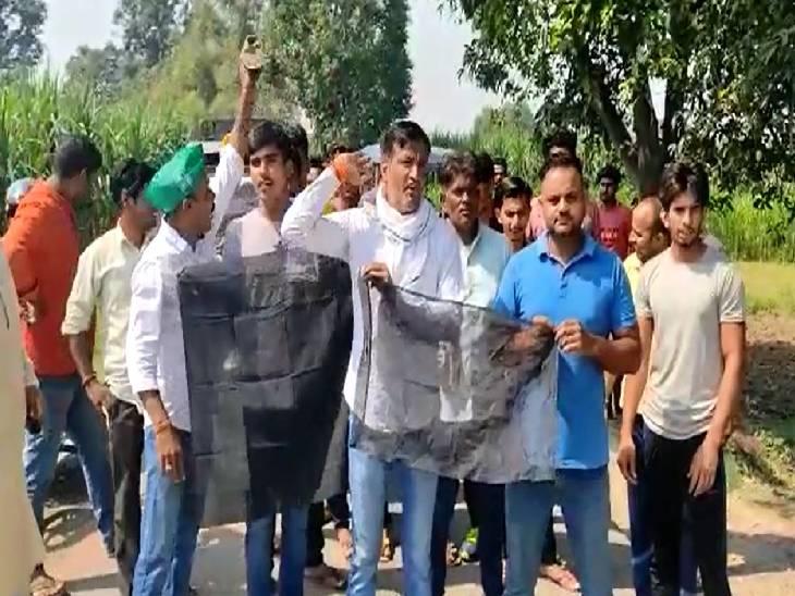 भाजपा नेताओं के काफिले को दिखाए काले झंडे, गांव में घुसने से रोका; लगाए भाजपा मुर्दाबाद के नारे|बागपत,Baghpat - Dainik Bhaskar