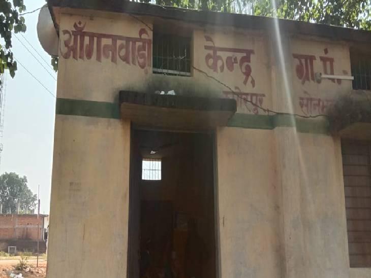 आगनबाड़ी केंद्र पर ताला टूटा मिलने पर पूर्व प्रधान से की शिकायत, इसी से नाराज होकर दबंगो ने तोड़ा एएनएम का हाथ, वैक्सीनेशन बंद|सोनभद्र,Sonbhadra - Dainik Bhaskar