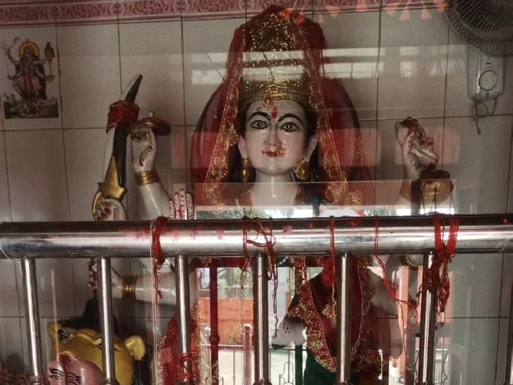 भक्तों की श्रद्धा का केंद्र है मंदिर, देवरहा बाबा के शिष्य के कहने पर गांव के तीन भाइयों ने जमीन दान कर बनवा दिया था मंदिर|देवरिया,Deoria - Dainik Bhaskar